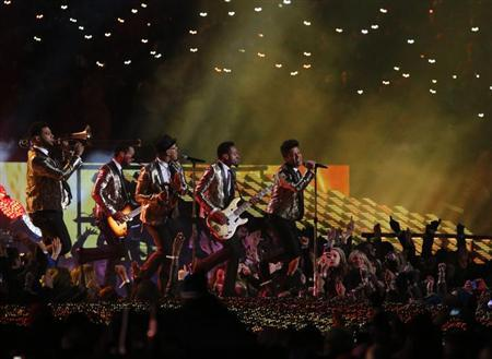 Bruno Mars (C) performs during the halftime show of the NFL Super Bowl XLVIII football game between the Denver Broncos and the Seattle Seahawks in East Rutherford, New Jersey, February 2, 2014. REUTERS/Eduardo Munoz