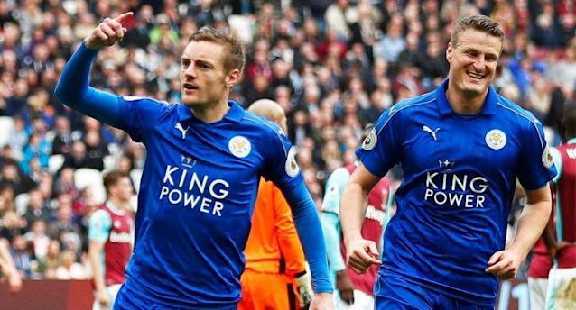 Leicester City's Jamie Vardy celebrates scoring their third goal with Robert Huth against West Ham (Reuters / Peter Nicholls)