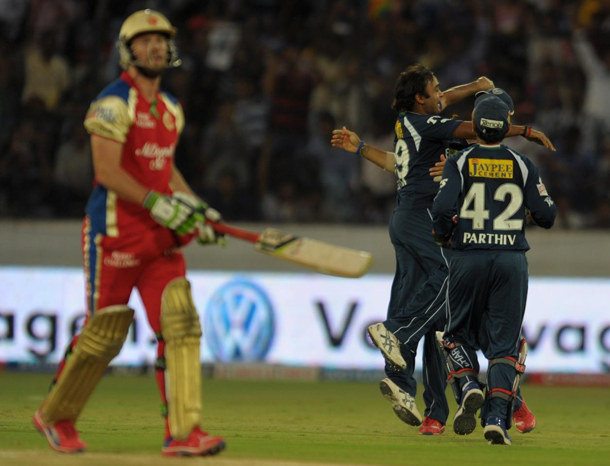 Deccan Chargers bowler Amit Mishra (C) celebrates with teammates after taking the wicket of Royal Challengers Bangalore  batsman AB De Villiers (L) during the IPL Twenty20 cricket match between Deccan Chargers and Royal Challengers Bangalore at Rajiv Gandhi International Stadium in Hyderabad on May 20, 2012.   RESTRICTED TO EDITORIAL USE. MOBILE USE WITHIN NEWS PACKAGE AFP PHOTO/Noah SEELAM        (Photo credit should read NOAH SEELAM/AFP/GettyImages)