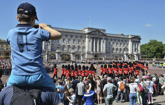 <p>Tourists watch the start of the Changing the Guard ceremony outside Buckingham Palace in London, May 26, 2017, after the event was canceled on Wednesday in the wake of Monday's Manchester attack. (Photo: John Stillwell/AP) </p>