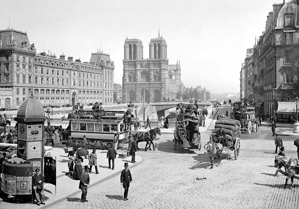 A street scene shows Pont Saint-Michel and Cathédrale Notre Dame in the background.