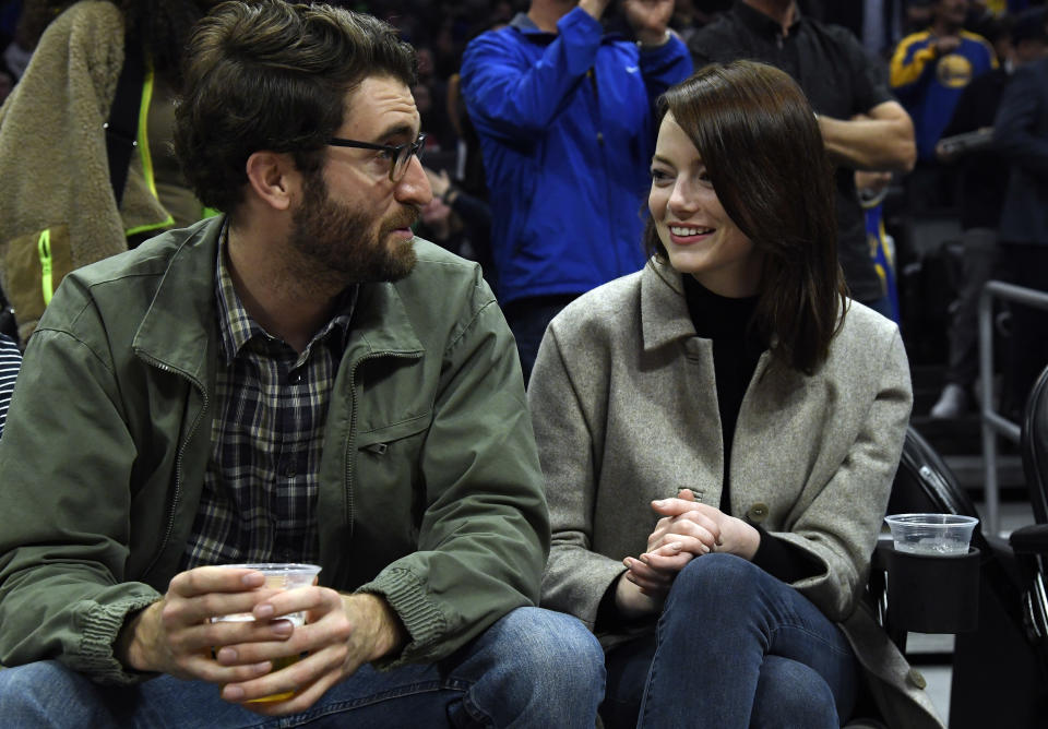 Emma Stone and Dave McCary attend the Golden State Warriors and Los Angeles Clippers basketball game at Staples Center on January 18, 2019. [Photo: Getty]