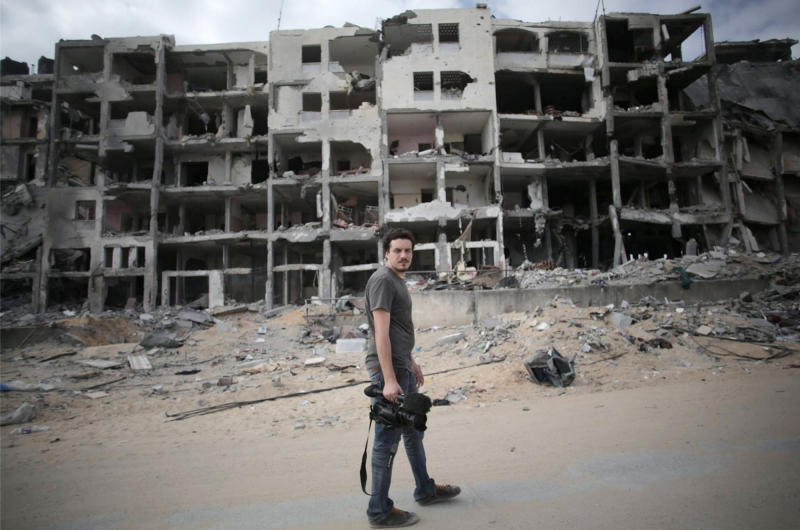 Picture taken on August 11, 2014, and made available by the Associated Press, shows Italian Associated Press video journalist Simone Camilli in Beit Lahia in the Gaza Strip (AFP Photo/Khalil Hamra)