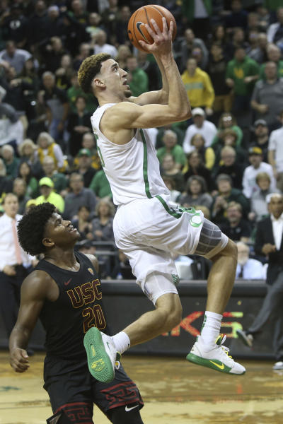 Oregon's Chris Duarte, right, makes a lay-up off his own steal ahead of Southern California's Ethan Anderson during overtime of an NCAA basketball game in Eugene, Ore., Thursday, Jan. 23, 2020. (AP Photo/Chris Pietsch)
