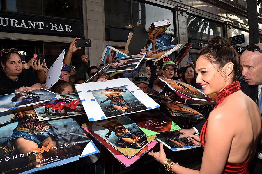 <p>Gal Gadot greets fans on May 25. (Photo: Alberto E. Rodriguez/Getty Images) </p>
