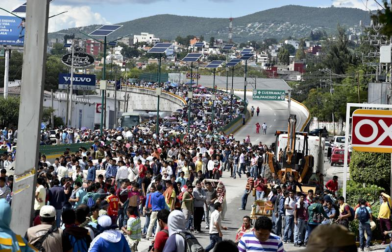 Relatives and fellow students block the Chilpancingo-Acapulco highway during a protest to demand justice and an explanation about 43 missing students, in Chilpancingo, Mexico, October 2, 2014 (AFP Photo/Yuri Cortez)