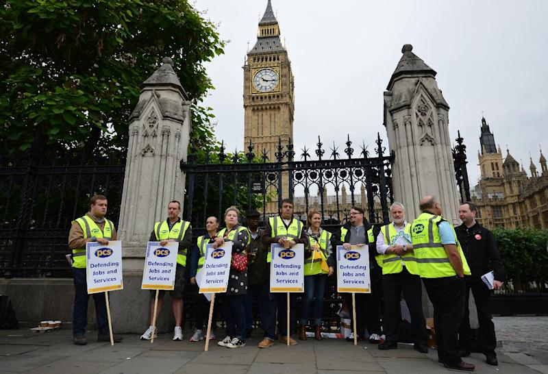 Members of the Public and Commercial Services Union mount a picket line outside the House of Commons in central London on July 10, 2014 (AFP Photo/Carl Court)