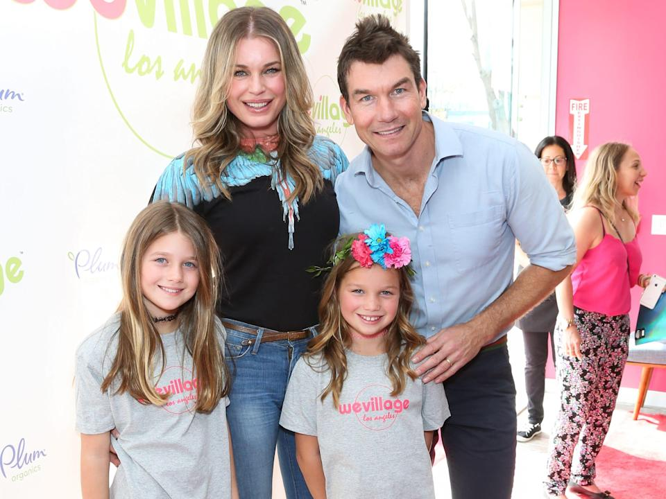 rebecca romijn and jerry o'connell with their twin daughters in 2017
