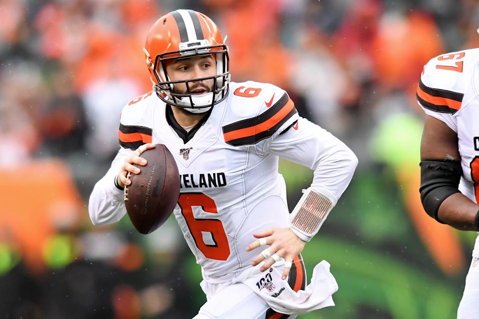 Baker Mayfield looks for an open receiver with the football in his throwing hand.