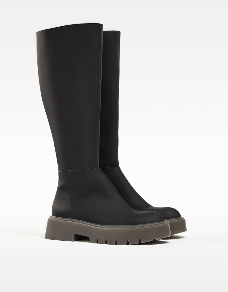 "<br><br><strong>Bershka</strong> Rubberized Flat Boots, $, available at <a href=""https://go.skimresources.com/?id=30283X879131&url=https%3A%2F%2Fwww.bershka.com%2Fus%2Fwomen%2Fcollection%2Fshoes%2Frubberized-flat-boots-c1010193192p102703331.html%3FcolorId%3D040"" rel=""nofollow noopener"" target=""_blank"" data-ylk=""slk:Bershka"" class=""link rapid-noclick-resp"">Bershka</a>"