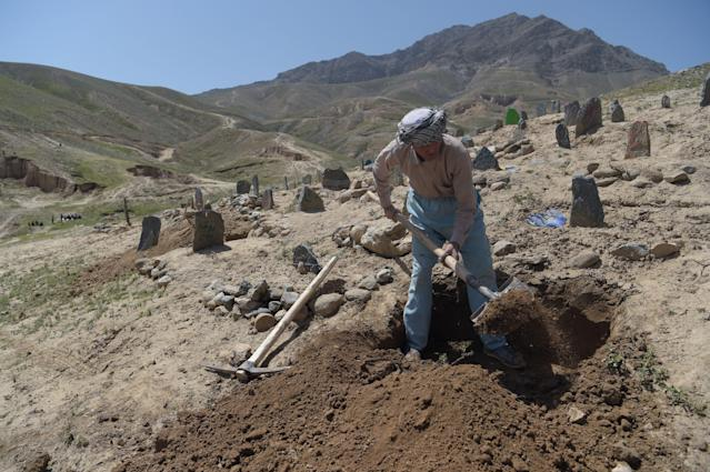 <p>An Afghan man digs a grave for one of the 57 victims of a bomb blast before the burial a day after the attack on a voter registration centre in Kabul, on April 23, 2018. – Hundreds of grieving Afghans buried their loved ones in Kabul on April 23 amid growing anger over a suicide attack on a voter registration centre that killed 57 people including children and wounded over 100. (Photo: Shah Marai/ AFP/Getty Images) </p>
