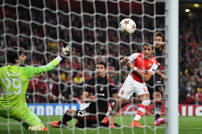 Arsenal's Alexis Sanchez (R) shoots on goal during their UEFA Champions League qualifying round play-off second-leg match against Besiktas, in London, on August 27, 2014 (AFP Photo/Ben Stansall)