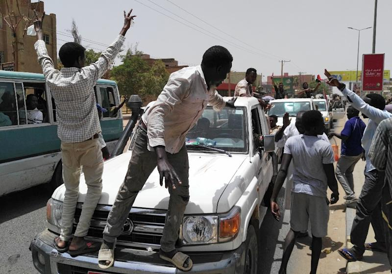 Sudanese celebrated the end of Omar al-Bashir's three-decade rule (AFP Photo/-)