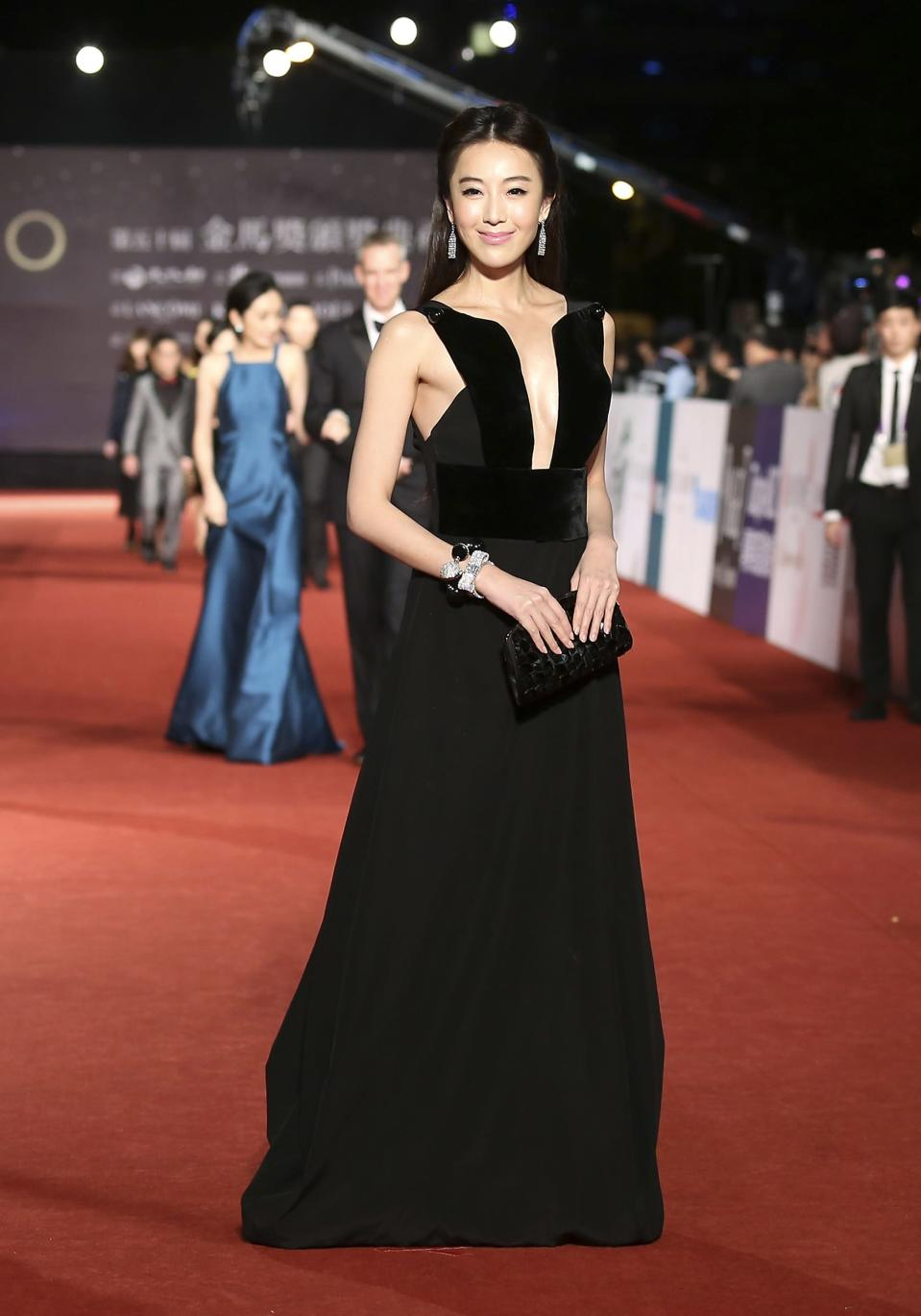 Taiwanese model and actress Sonia Sui poses for photographers on the red carpet at the 50th Golden Horse Film Awards in Taipei November 23, 2013. REUTERS/Patrick Lin (TAIWAN - Tags: ENTERTAINMENT)