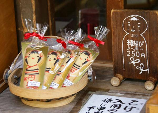 ▲ Cute Kokeshi cookies (250 yen) are also available next to the Enmusubi Kokeshi!