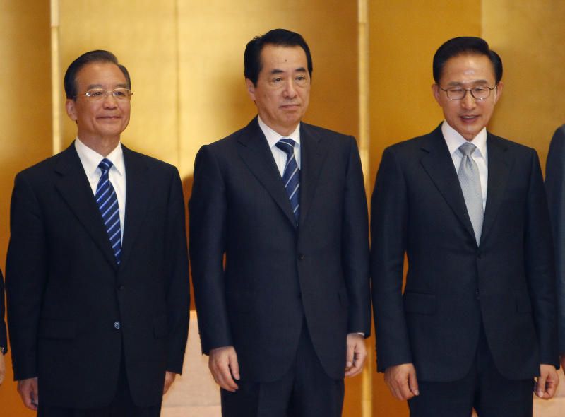 Chinese Premier Wen Jiabao, left, Japanese Prime Minister Naoto Kan, center, and South Korean President Lee Myung-bak pose for photographers during a business summit luncheon in Tokyo, Sunday, May 22, 2011. (AP Photo/Shizuo Kambayashi)