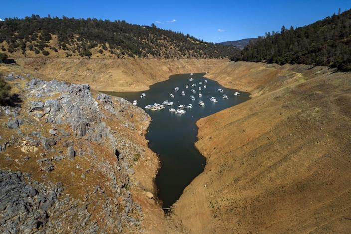 """<div class=""""inline-image__caption""""><p>Houseboats whose owners chose to leave them in the lake, float at a water level nearly 200 feet below normal at the Lime Saddle Marina for Lake Oroville near Paradise, Calif., on Tuesday, June 8, 2021. </p></div> <div class=""""inline-image__credit"""">San Francisco Chronicle/Hearst Newspapers via Getty</div>"""