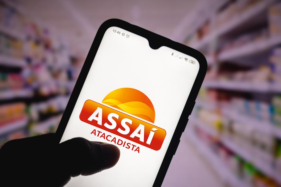 BRAZIL - 2020/12/15: In this photo illustration the Assaí Atacadista logo seen displayed on a smartphone. (Photo Illustration by Rafael Henrique/SOPA Images/LightRocket via Getty Images)