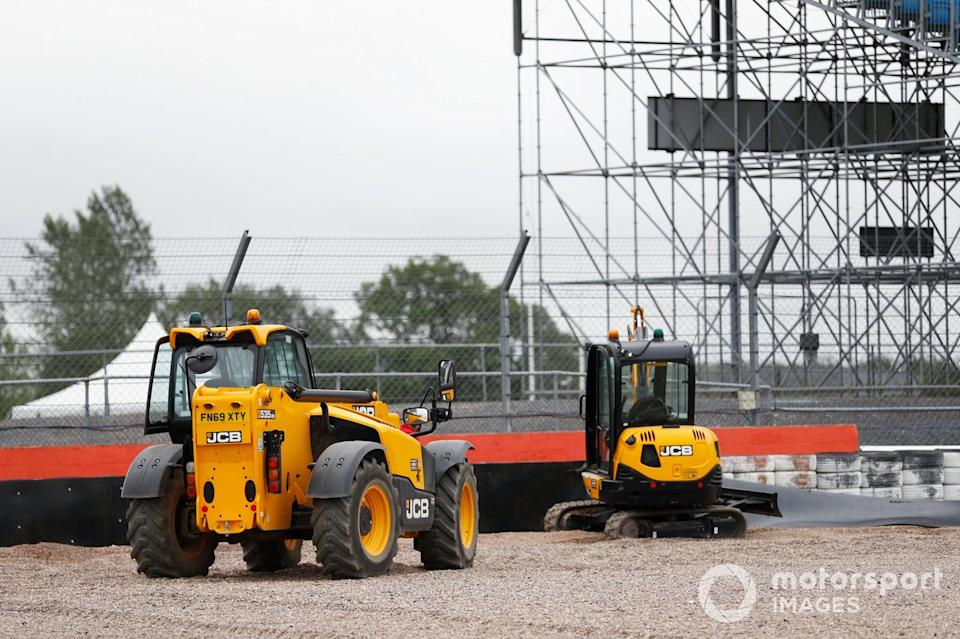 """JCB machines are used to work on a barrier<span class=""""copyright"""">Glenn Dunbar / Motorsport Images</span>"""