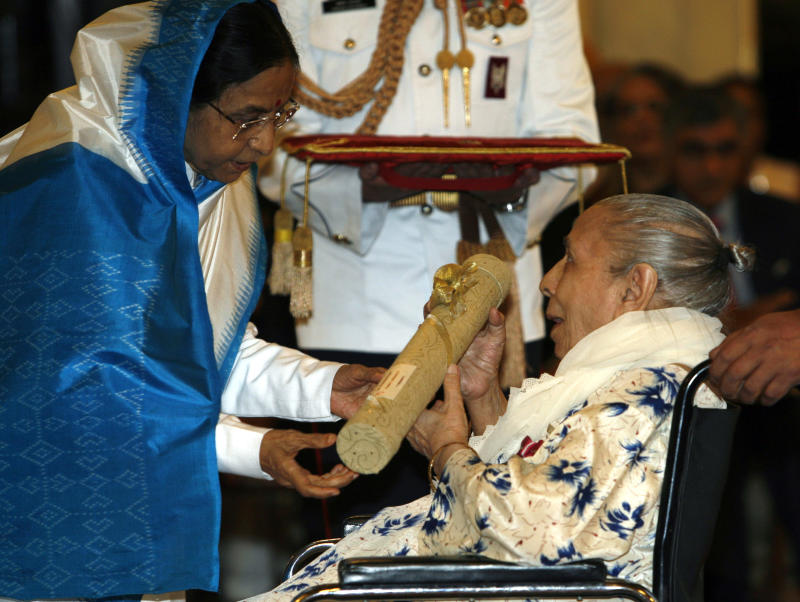 FILE - In this March 31, 2009 file photo, Indian President Pratibha Patil, left, presents the Padma Bhushan award, to Bollywood singer Shamshad Begum at the Presidential Palace in New Delhi, India.  Legendary Indian singer Begum died late Tuesday April 23, 2013, in Mumbai. She was 94. (AP Photo/Mustafa Quraishi, File)