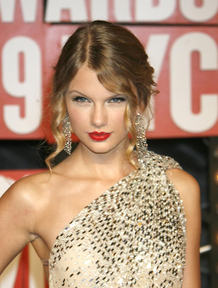 Yep, this is what Taylor wore to the 2009 VMAs — you know, the one where Kanye interrupted her acceptance speech? With a red lip, groomed brows, and her old country curls, she held her head up in style.