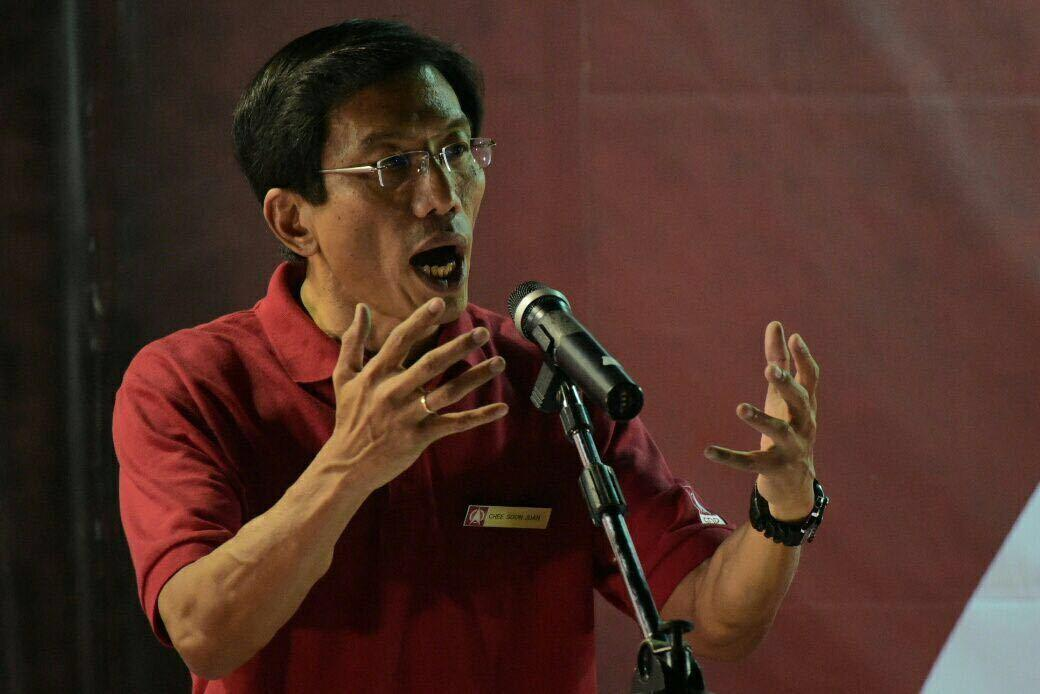 "<p>Chee Soon Juan, decrying the ""dirty politics"" of the PAP. (Photo: Joe Nair for Yahoo Singapore)</p>"