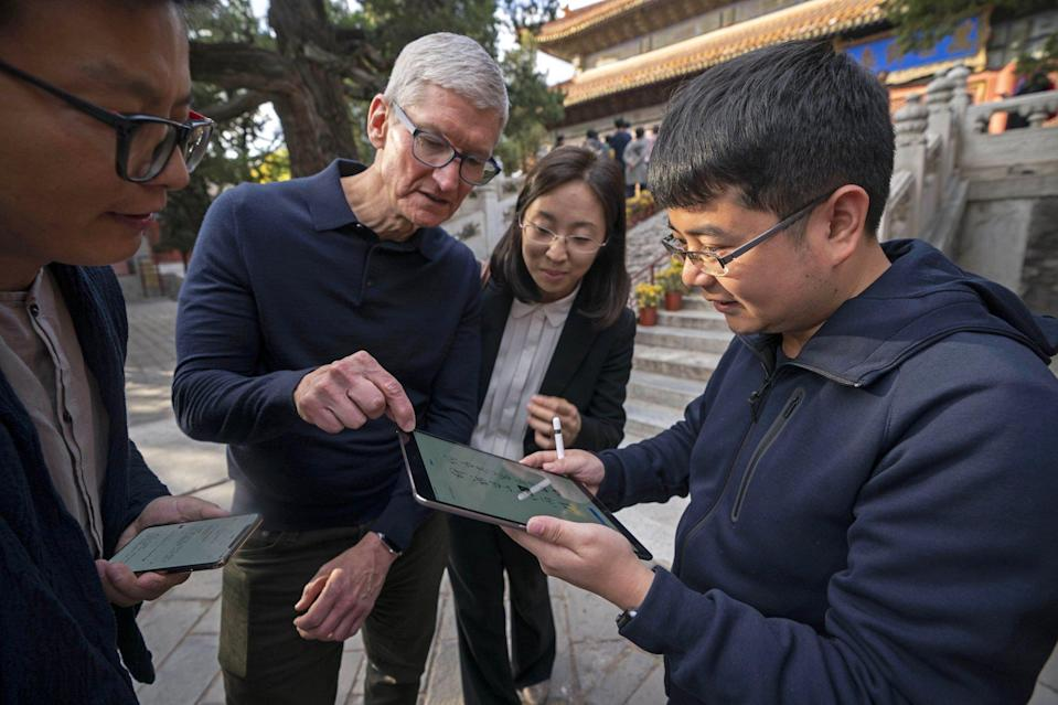 Apple CEO Tim Cook talks with Chinese app developers during a visit to Beijing, China, on October 18, 2018. Photo: Xinhua