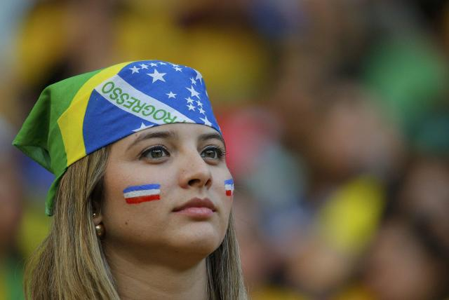 A fan of Costa Rica waits for the start of their 2014 World Cup round of 16 game against Greece at the Pernambuco arena in Recife June 29, 2014. REUTERS/Brian Snyder (BRAZIL - Tags: SOCCER SPORT WORLD CUP)