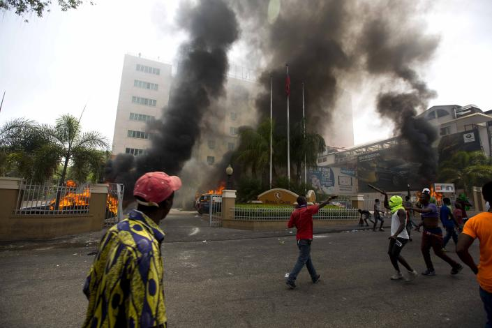 <p>Cars are burning in the garage of Royal Oasis hotel during a protest over the cost of fuel in Port-au-Prince, Haiti, Saturday, July 7, 2018. (Photo: Dieu Nalio Chery/AP) </p>