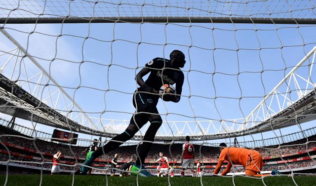 """Soccer Football - Premier League - Arsenal v West Ham United - Emirates Stadium, London, Britain - April 22, 2018 West Ham United's Cheikhou Kouyate collects the ball as he celebrates after Marko Arnautovic (not pictured) scored their first goal REUTERS/Toby Melville EDITORIAL USE ONLY. No use with unauthorized audio, video, data, fixture lists, club/league logos or """"live"""" services. Online in-match use limited to 75 images, no video emulation. No use in betting, games or single club/league/player publications. Please contact your account representative for further details."""