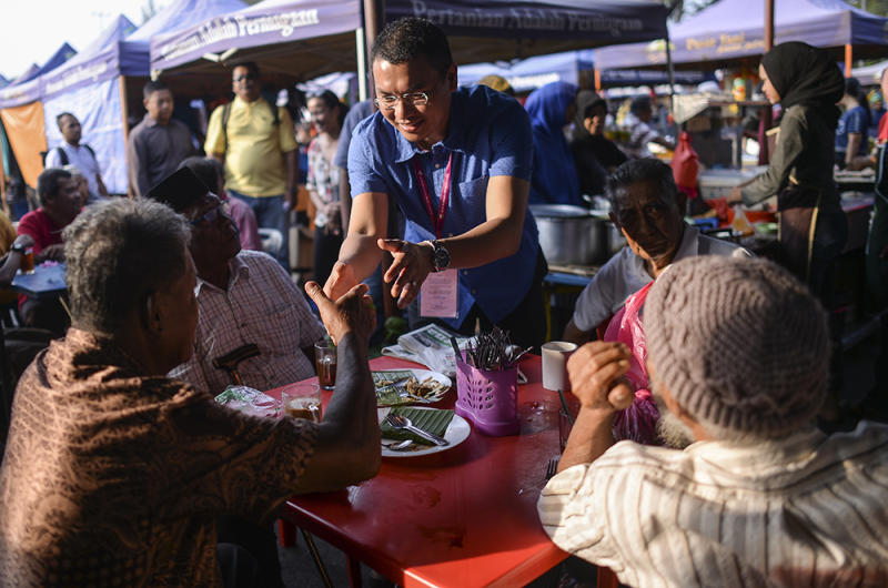 Independent candidate Mohd Saiful Bukhari Azlan conducts a campaign walkabout at the Batu 4 Wet Market in Port Dickson October 3, 2018. — Picture by Miera Zulyana