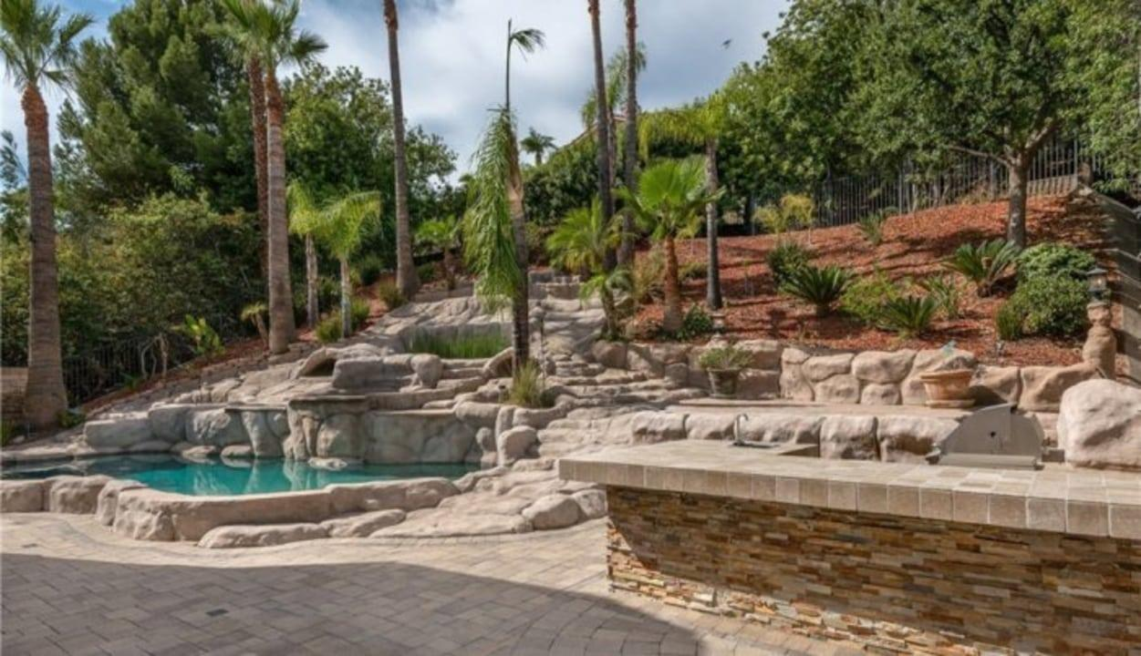 Yes, the pool features a waterfall, lights and flagstone seating. Yours doesn't?