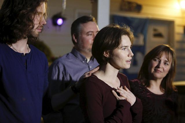 Amanda Knox (2nd R) talks to the press, surrounded by family and her fiance Colin Sutherland (L), outside her mother's home in Seattle, Washington March 27, 2015. Italy's top court on Friday annulled the conviction of American Amanda Knox for the 2007 murder of British student Meredith Kercher and, in a surprise verdict, acquitted her of the charge. The Court of Cassation threw out the second guilty verdict to have been passed on Knox, 27, and her Italian former boyfriend Raffaele Sollecito for the lethal stabbing. REUTERS/Jason Redmond