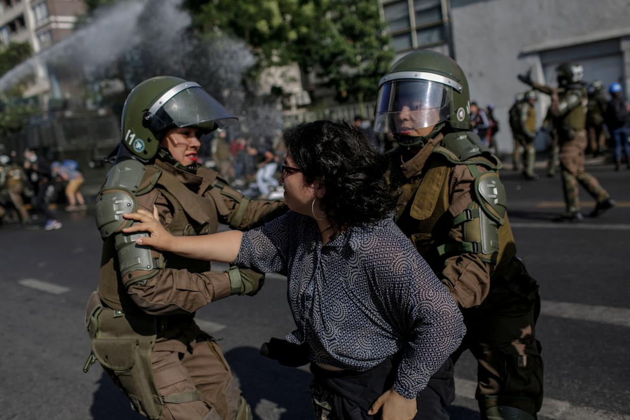 Police officersconfront a demonstrator during aprotest against Pope FrancisinSantiago on Tuesday. (Photo: NurPhoto via Getty Images)