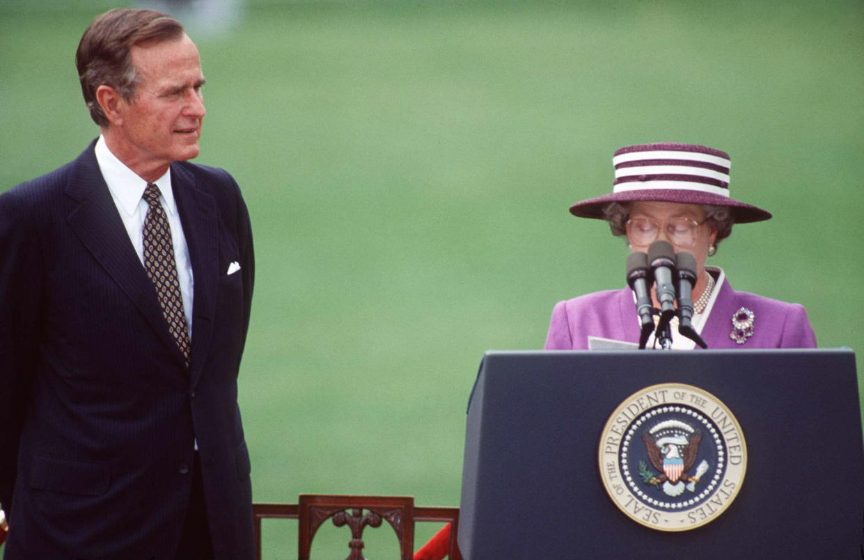 WASHINGTON, UNITED STATES - MAY 14:  Queen With President Bush On The White House Lawn In Washington, Dc  (Photo by Tim Graham Photo Library via Getty Images)