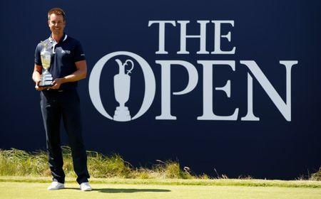 Golf - The 146th Open Championship - Royal Birkdale - Southport, Britain - July 17, 2017   Sweden's Henrik Stenson poses as he returns The Claret Jug ahead of The Open Championship    REUTERS/Paul Childs