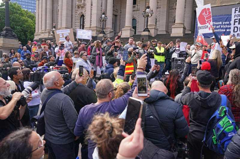 Coronavirus: Melbourne protesters clash with police