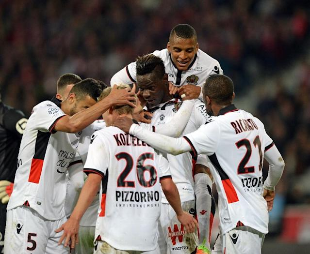 Nice's Mario Balotelli celebrates with teammates after scoring a goal during the French L1 football match against Lille on April 07, 2017 (AFP Photo/DENIS CHARLET)