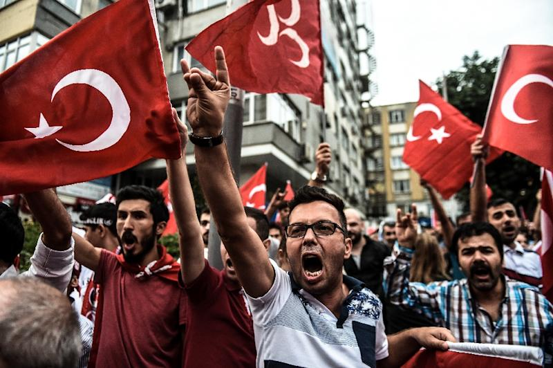 Turkish nationalists demonstrate against the Kurdish Workers Party (PKK) in Istanbul on September 8, 2015 (AFP Photo/Ozan Kose)