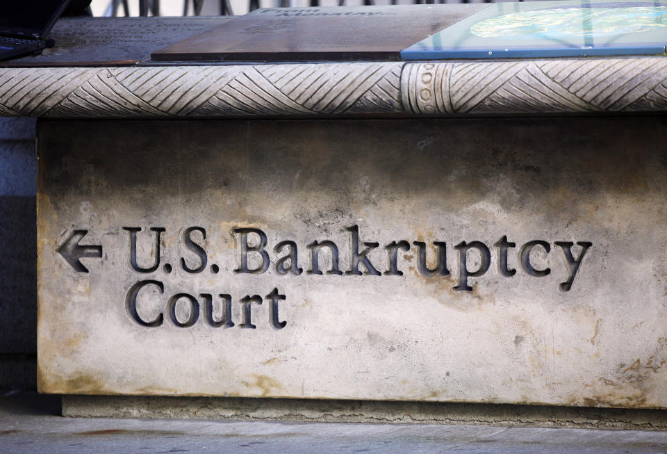 A sign points the way towards U.S. Bankruptcy Court in New York June 1, 2009. General Motors Corp filed for bankruptcy on Monday, forcing the 100-year-old automaker once seen as a symbol of American economic might and dynamism into a new and uncertain era of government ownership.  REUTERS/Chip East (UNITED STATES BUSINESS TRANSPORT)