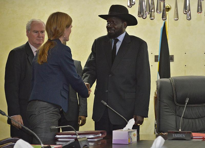 US ambassador to the United Nations Samantha Powers (2R) meets South Sudan's President Salva Kiir Mayardit (R) in Juba, on August 12, 2014 (AFP Photo/Samir Bol)