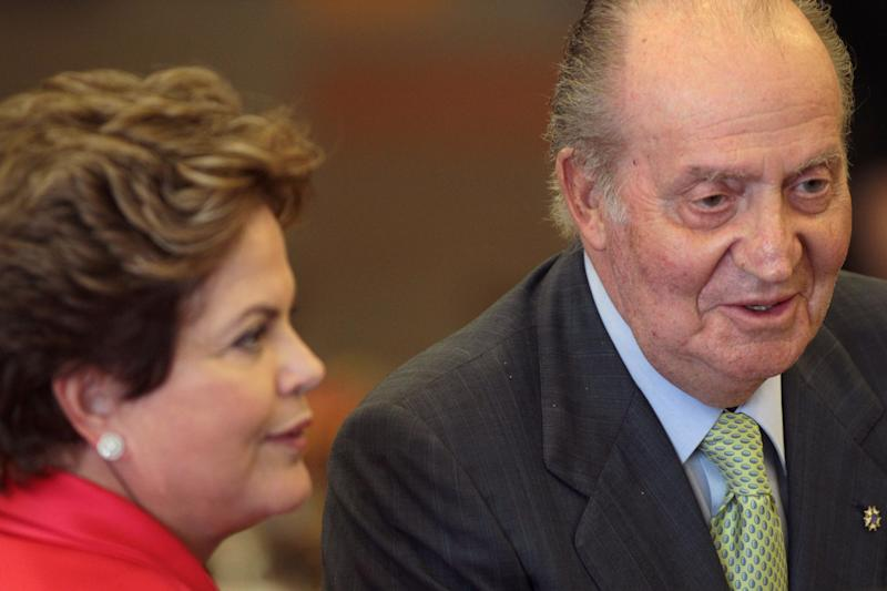 Spain's King Juan Carlos, right, and Brazil's President Dilma Rousseff, lunch with businessmen at the Itamaraty palace, in Brasilia, Brazil, Monday, June 4, 2012. King Juan Carlos in on a one-day visit to Brazil. (AP Photo/Eraldo Peres)