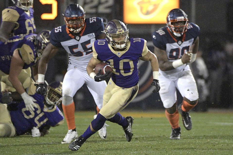 Atlanta Legends receiver Justin Thomas (10) runs with a reception in front of Orlando Apollos linebacker Andrew Ankrah (55) and defensive end Anthony Moten Jr. (98) in an AAF game Saturday. (AP)