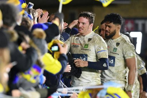 Sitaleki Timani (R) and Arthur Iturria thank the Clermont fans after their 26-19 win over Harlequins which ensured them top spot ahead of Ulster in Pool 3