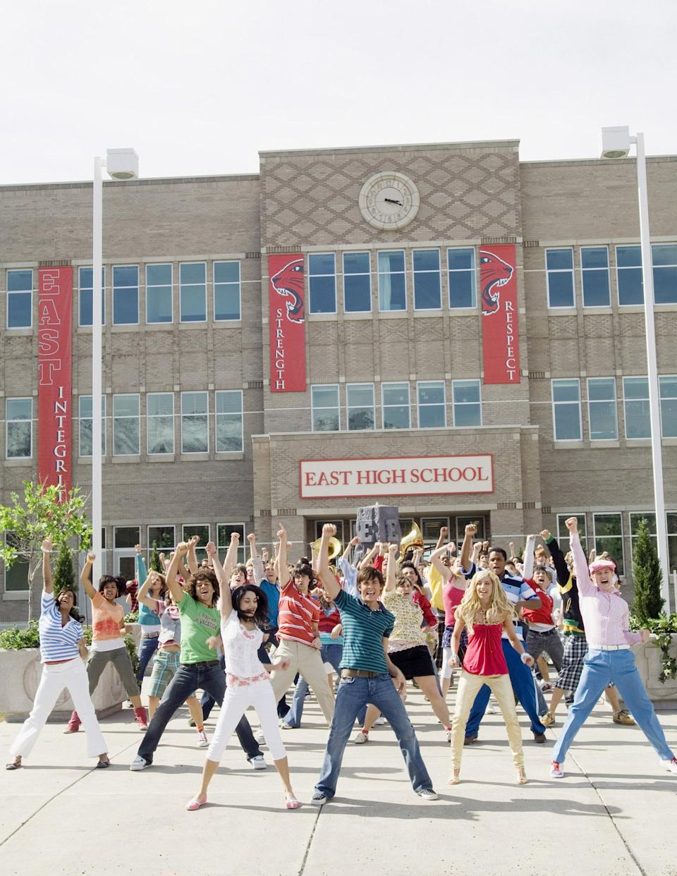 HIGH SCHOOL MUSICAL 2, Monique Coleman, Corbin Bleu, Vanessa Anne Hudgens, Zac Efron, Ashley Tisdale, Lucas Grabeel, (performing 'What Time Is It'), 2007. photo: Fred Hayes /  Disney Channel / Courtesy: Everett Collection