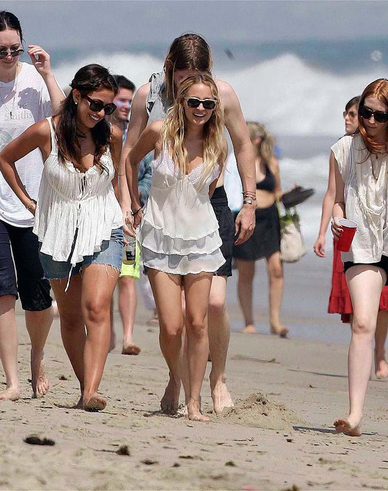 """New mom Nicole Richie strolls along the sand with some friends. AlphaX/<a href=""""http://www.x17online.com"""" target=""""new"""">X17 Online</a> - July 4, 2008"""