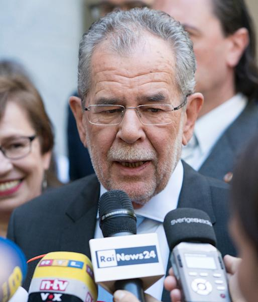 Austrian presidential candidate and former Green Party leader Alexander Van der Bellen speaks to journalists outside a polling station in Vienna on May 22, 2016 (AFP Photo/JOE Klamar)