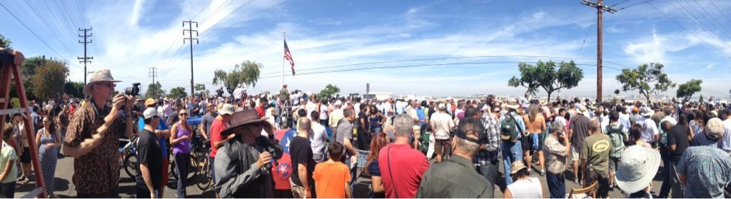 Panoramic photo of the crowds waiting to see Endeavour. Courtesy @MaxZimbert.