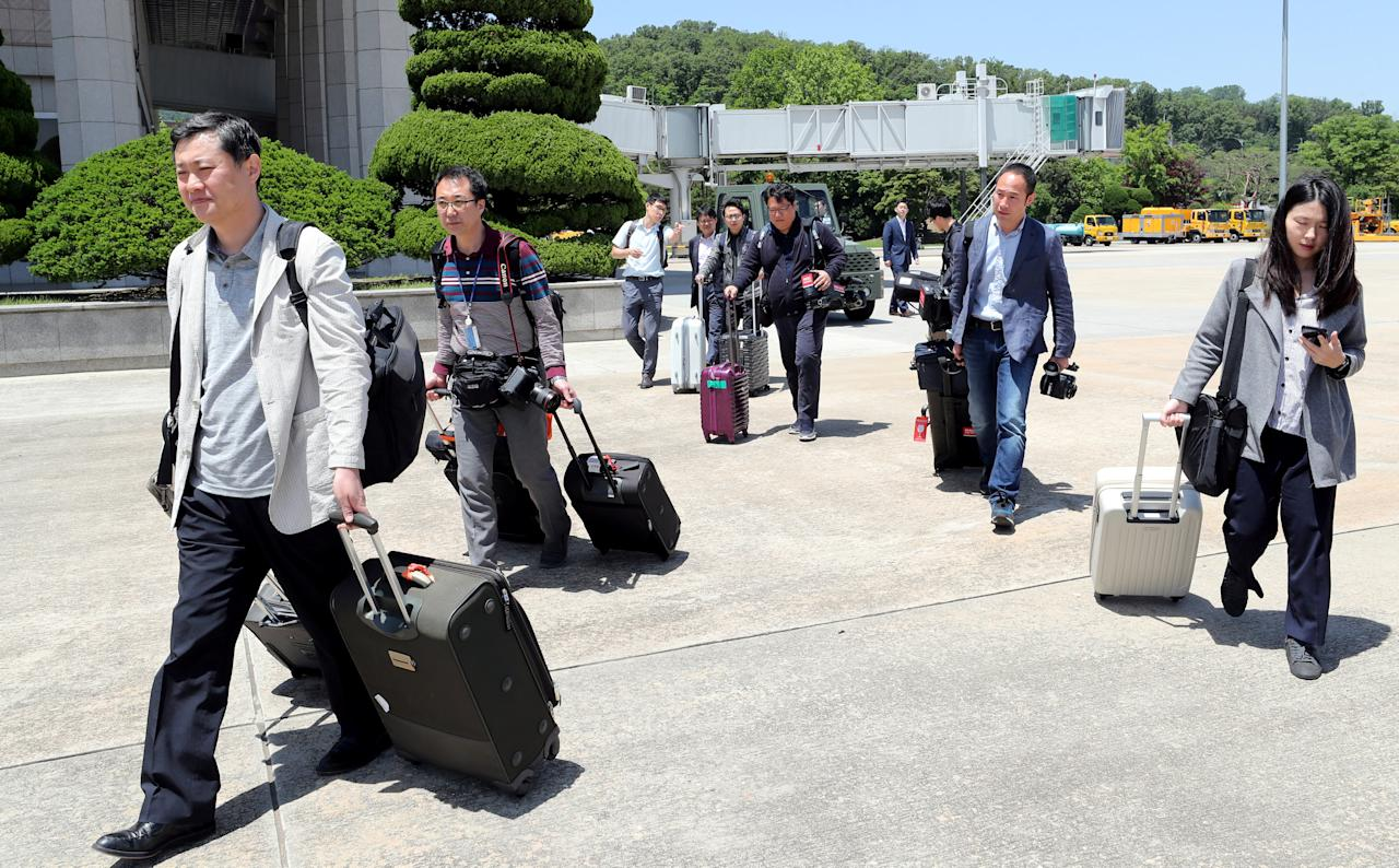 Members of a South Korean media group leave for the Wonsan airport, at Seoul Air Base in Seongnam, South Korea, May 23, 2018.    News1 via REUTERS   ATTENTION EDITORS - THIS IMAGE HAS BEEN SUPPLIED BY A THIRD PARTY. SOUTH KOREA OUT. NO RESALES. NO ARCHIVE.     TPX IMAGES OF THE DAY