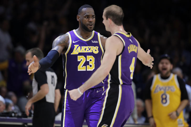 LeBron James(圖左)與Alex Caruso。(AP Photo/Marcio Jose Sanchez)